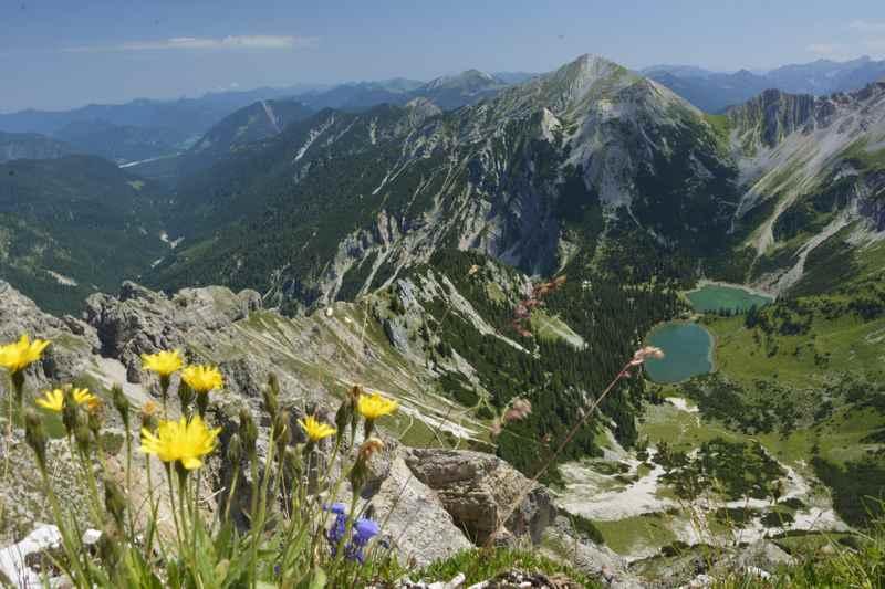 Die Alpenwelt Karwendel von oben: Der Blick von der Schöttlkarspitze auf die Soiernseen