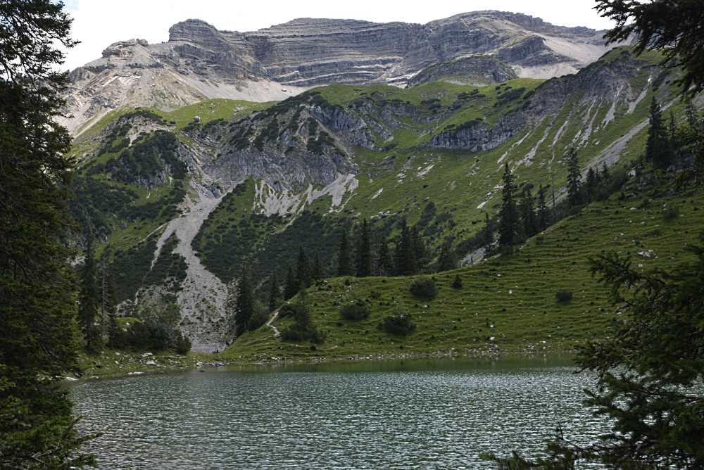 Riesig ist die Soiernspitze, die über die beiden Bergseen ragt