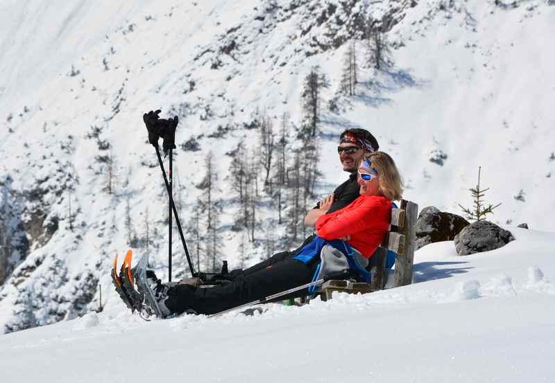 Zuerst auf den Schneeschuhen hinauf wandern, oben am Feilkopf (Tirol) sonnen, Panorama schauen und entspannen