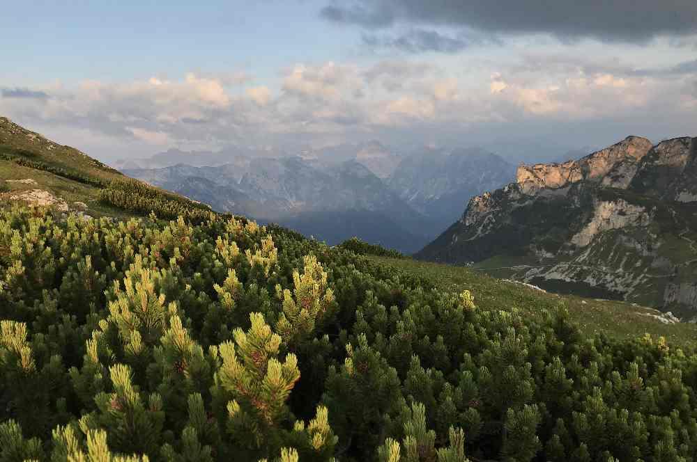 Im Rofan übernachten: Die Sonne ist aufgegangen und schickt ein paar Strahlen durch die Wolken auf das Karwendel