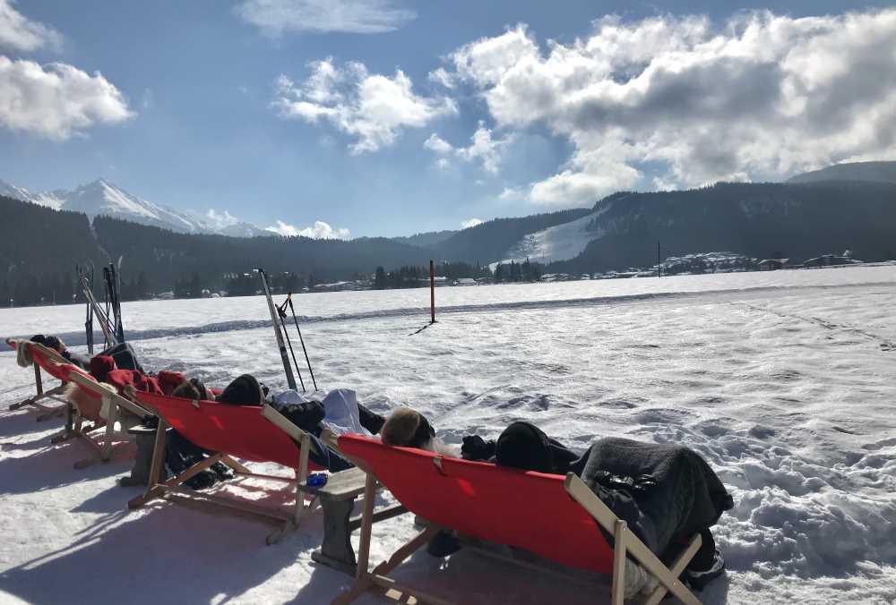 Diese Sonnenstühle stehen direkt an der Loipe in Leutasch, bei Poli´s Hütte