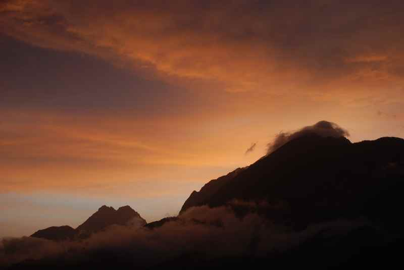 Im Sommer besonders schön am Berg zu sehen: Der Sonnenuntergang mit orangeroten Wolken im Karwendelgebirge