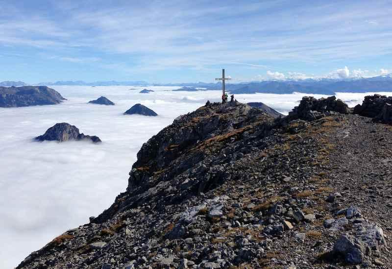 Auf dem Sonnjoch Gipfel - oben Sonne, unten der Nebel, wunderbare Herbstwanderung