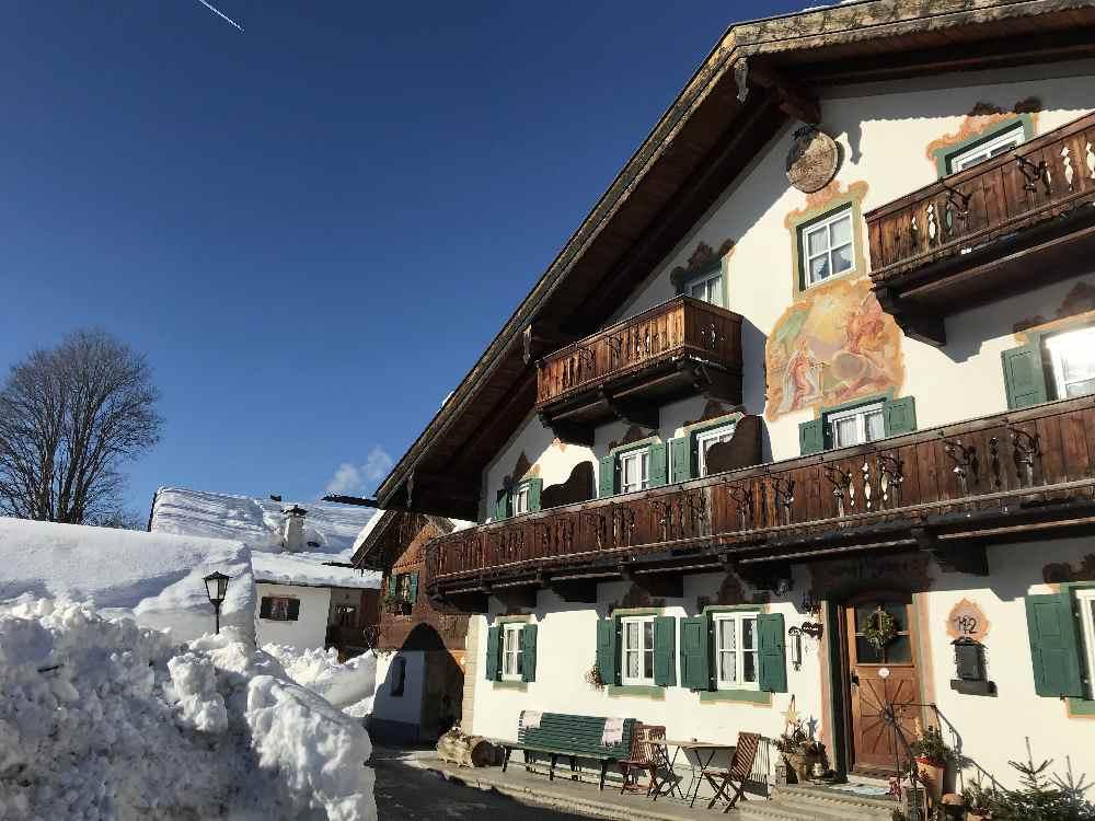 Die Sonnleiten Wallgau macht ihrem Namen auch im Winter alle Ehre: Die Sonne scheint auf die schönen Häuser.