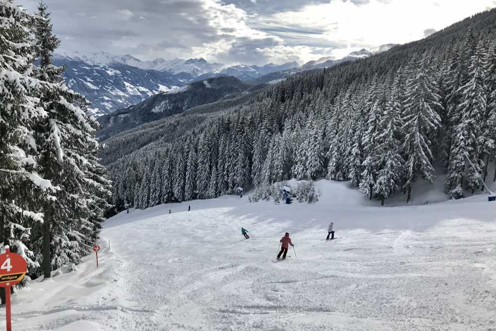 Auf der Skipiste fahre ich dann mit dieser schönen Aussicht auf die Zillertaler Alpen hinunter.