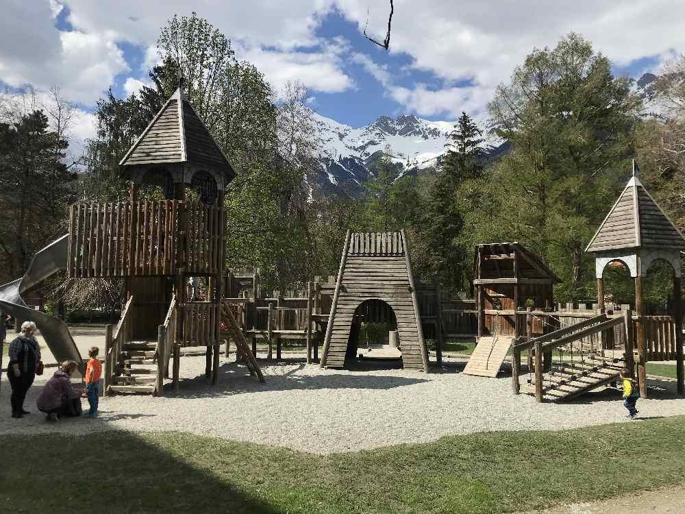 Der wunderbare Spielplatz Hofgarten, im südlichen Bereich im beliebten Park in Innsbruck