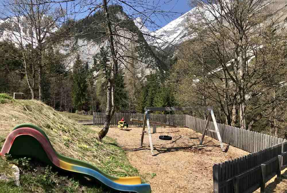 Der kleine Spielplatz in St. Magdalena mit Blick auf die weißen Spitzen des Karwendelgebirge