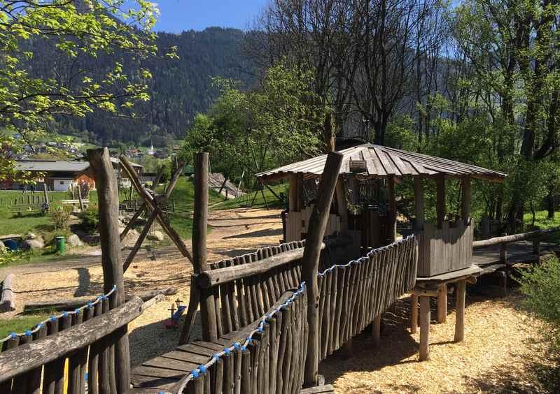 Großes Gelände mit vielen Spielmöglichkeiten am Schlitterer See