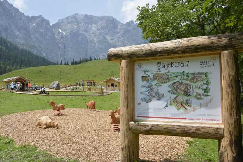 Der Eingang zum Abenteuerspielplatz auf der Alm im Karwendel