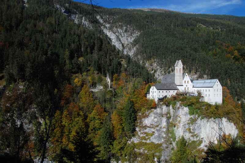 Besonders eindrucksvolle Ziel: Das Felsenkloster St. Georgenberg im Karwenel