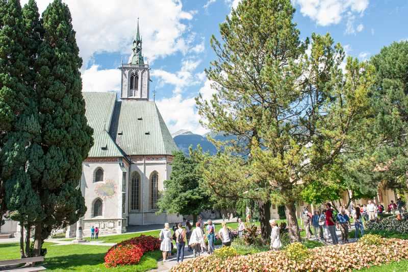 Bei der Stadtführung kommen wir auch zur riesigen Kirche in Schwaz, die komplett mit Kupferschindeln gedeckt wurde und deshalb nicht abgebrannt ist