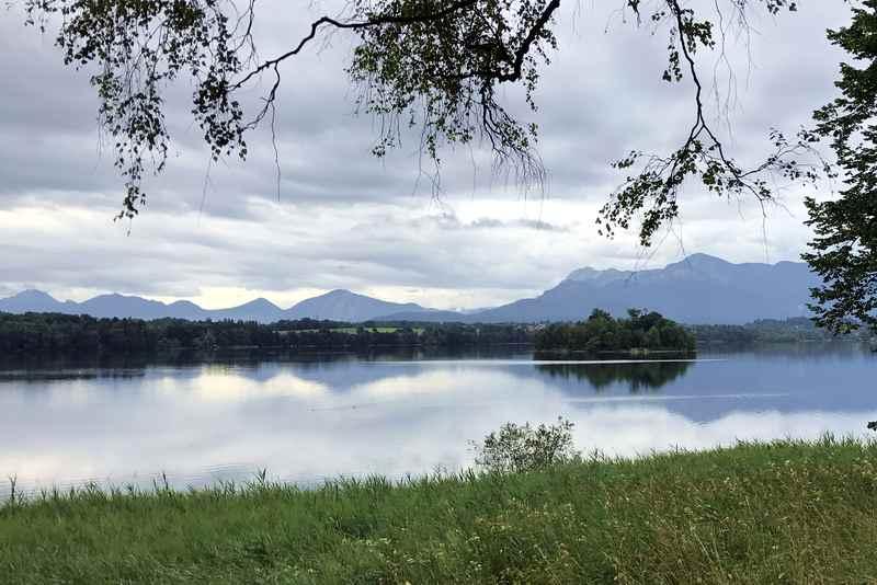 Vom Nordufer hast du schöne Blicke auf die Staffelsee Inseln samt Bergblick