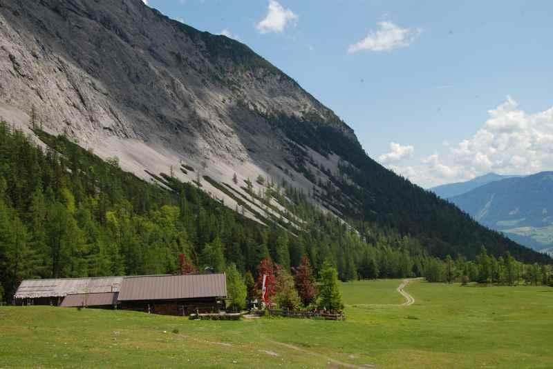 Der Blick von der Stallenalm ins Stallental, hinten das Inntal und die Tuxer Alpen
