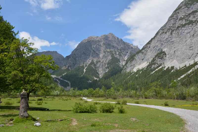 Viel Karwendel - am Stallenboden auf der Wanderung zur Stallenalm