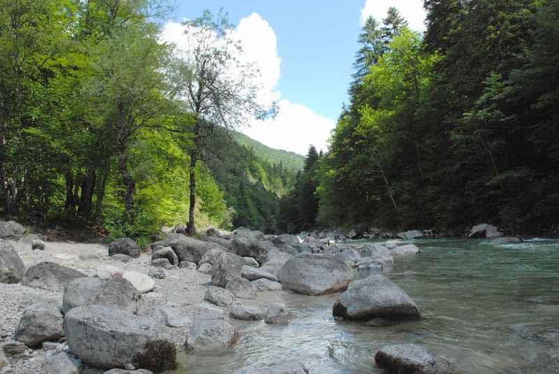 Der Stallenbach im Karwendel, ein beliebter Platz für Kinder zum Spielen