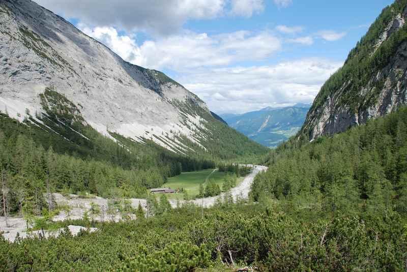 Auf dem Weg zum Lamsenjoch: Der Blick auf das Stallental im Karwendel