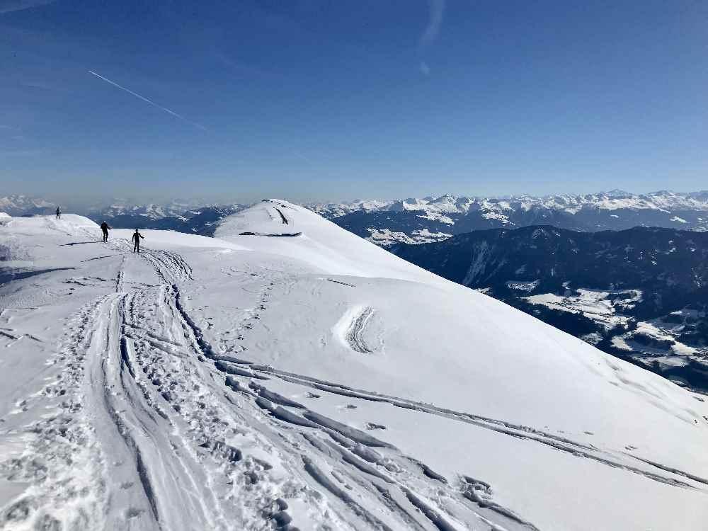 Das Stanser Joch im Winter, mit dem langgezogenen Gipfel und dem Traumblick