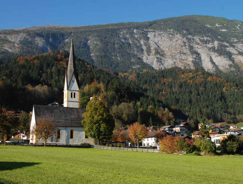 Die Kirche in Stans Tirol mit dem Karwendel