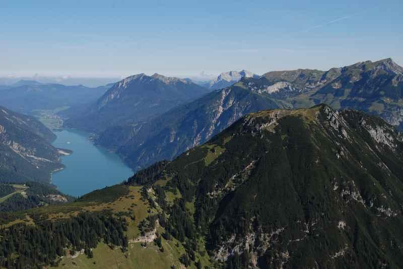 Die Stanser Joch Bergtour - oben die Aussicht auf den Achensee und das Karwendel