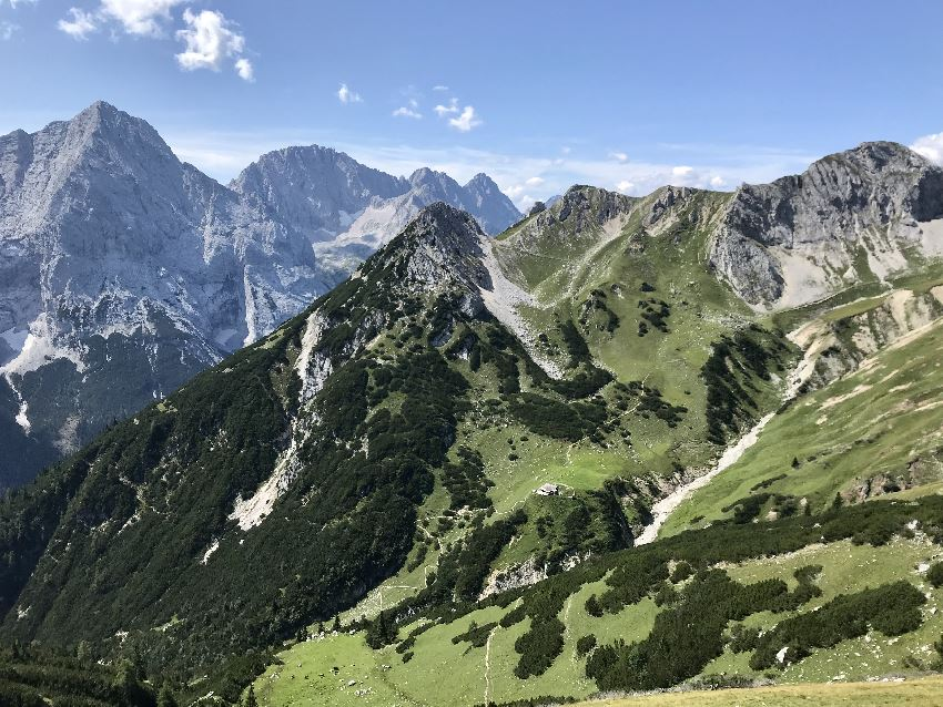 Steinernes Hüttl Leutasch - schau genau: In der Bildmitte unterhalb des Hochwannigkopf Gipfels siehst du die Hütte in der Wiese