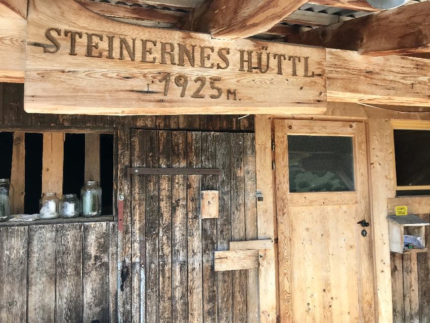 Steinernes Hüttl Eingang - einfach und rustikal