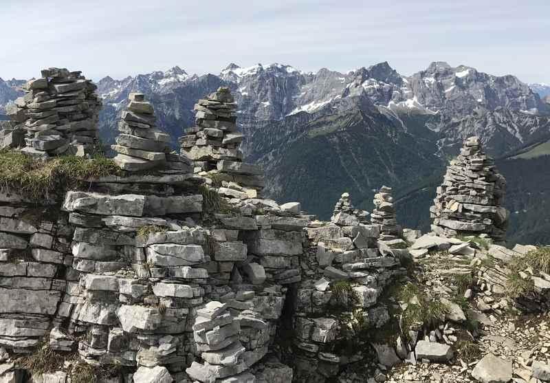 Am Schafreuter: Der Steinmandl - Gipfelwald konkurriert mit der Gipfelwelt des Karwendelgebirge