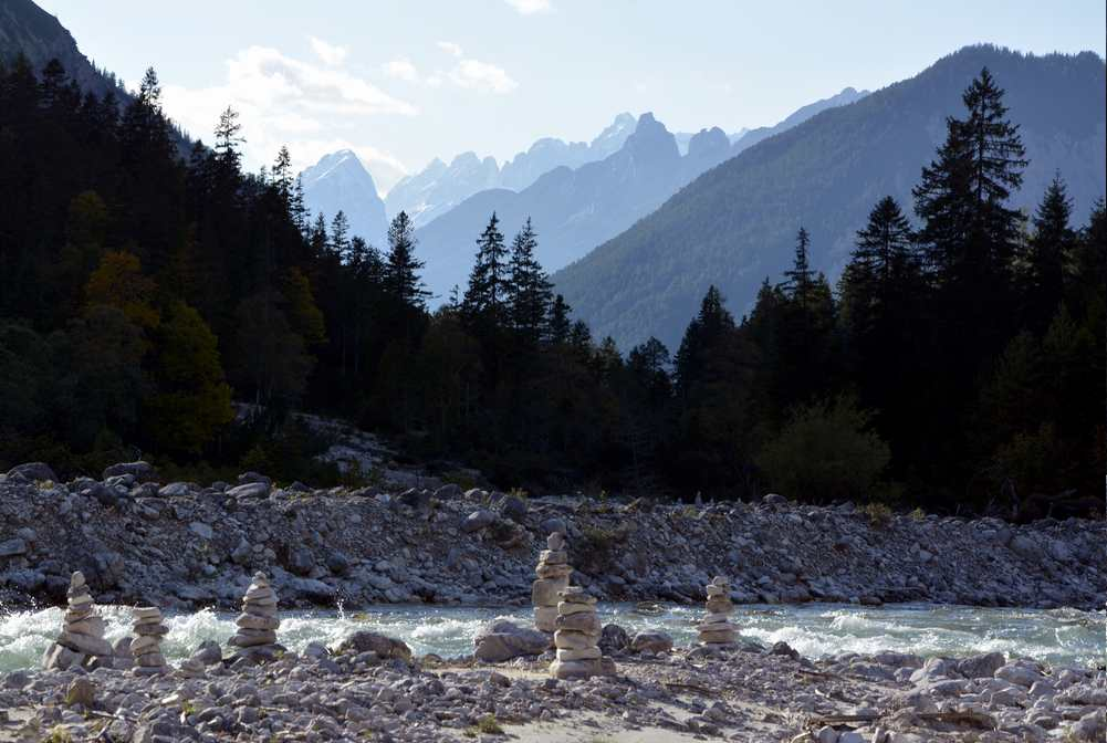 Auf der Wanderung gibt es viele Steinmandln an der Isar zu sehen, wir bauen auch ein Steinmännchen dazu
