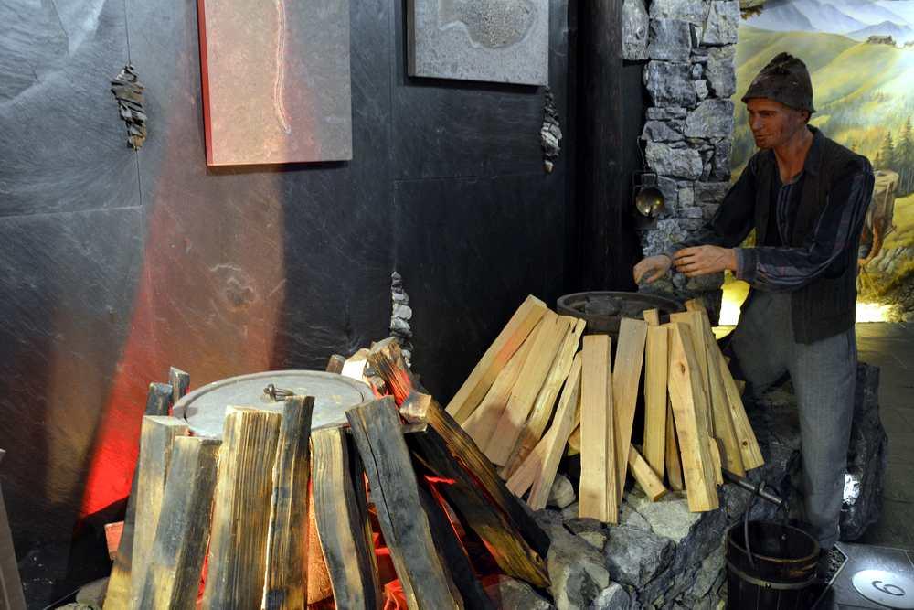 Im Steinölmuseum in Pertisau, erfahren wir, wie das Steinöl aus Schieferstein gewonnen wird
