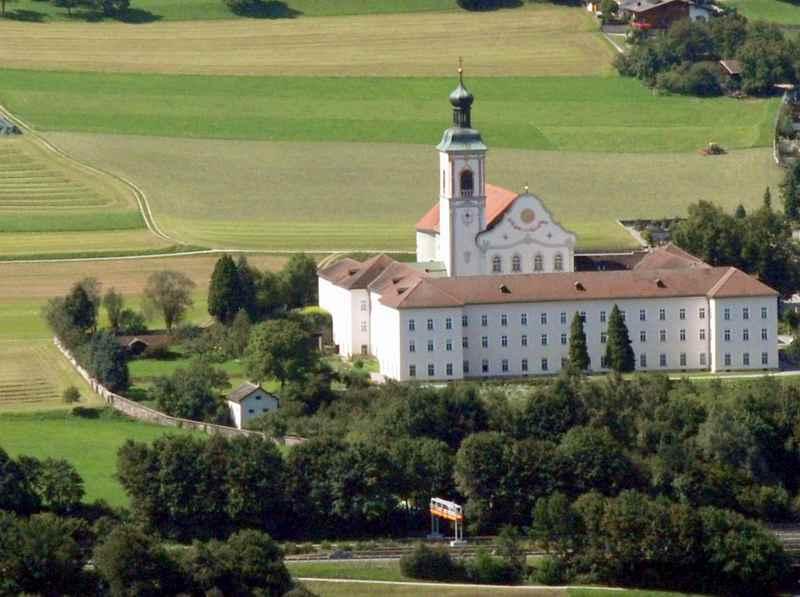 Das Stift Fiecht liegt auch am Jakobsweg Tirol