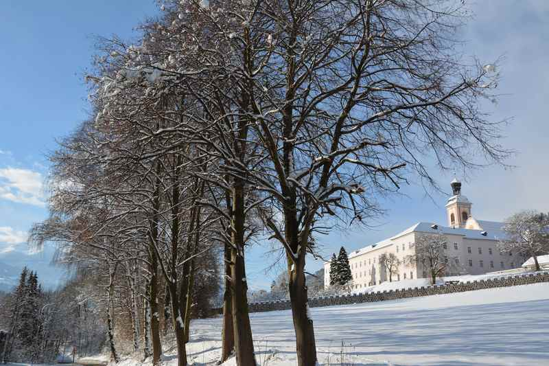 Das verschneite Stift Fiecht: Die Winterwanderung in Vomp führt rundherum