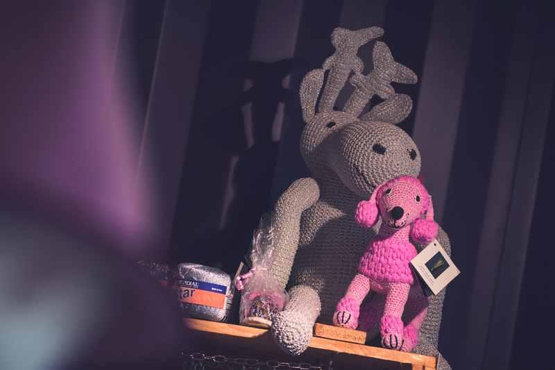 Es gibt viele Strickideen im Wollgeschäft, die selbst ausprobiert wurden, Sabine hat die Strickanleitung und das nötige Material, Foto: Tom Bause