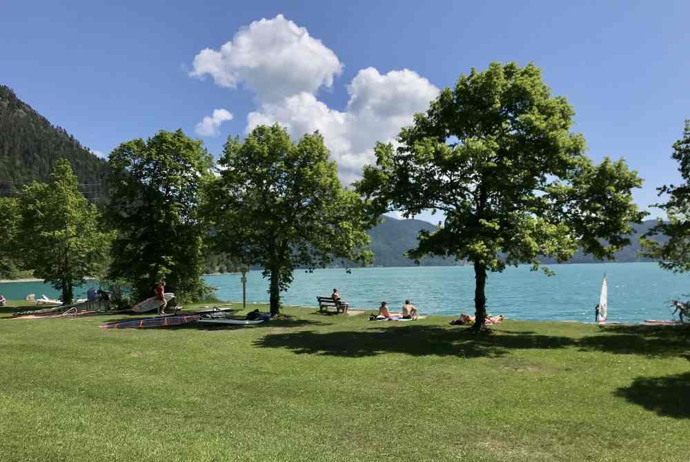 Das ist die Liegewiese zum Baden, Schwimmen und Surfen - im Ort Walchensee, Parkplatz direkt daneben