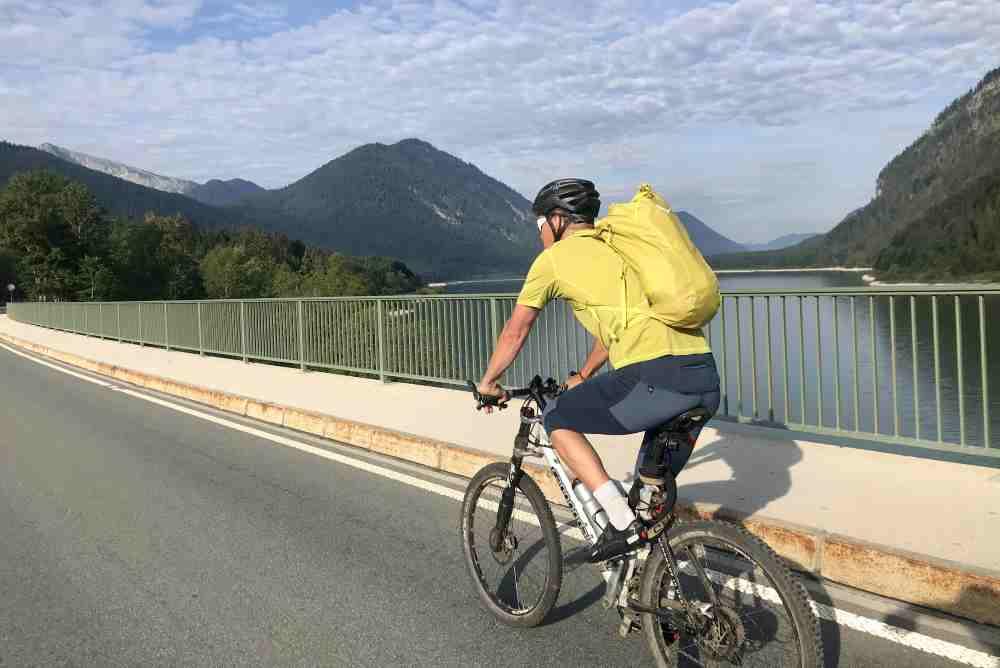 Erster Genuss: Mit dem Mountainbike über den Sylvensteinsee fahren
