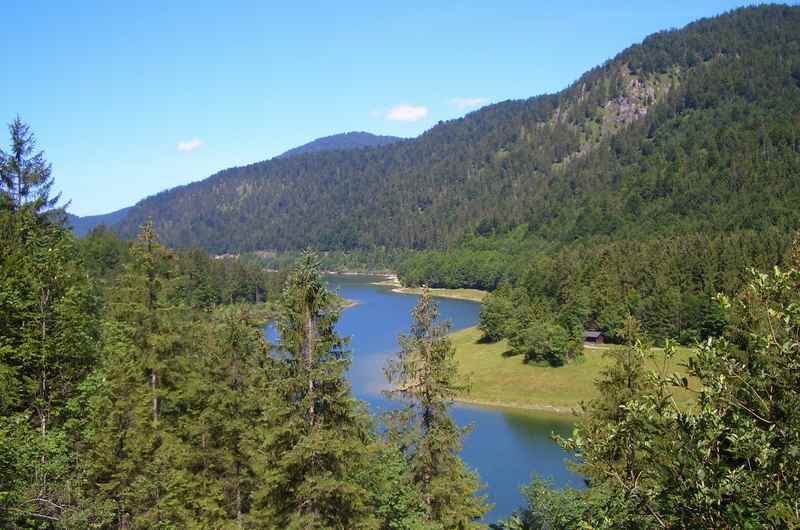 Am Sylvensteinsee führt die Mountainbiketour im Karwendel zurück nach Achenkirch - mit Gegensteigungen!