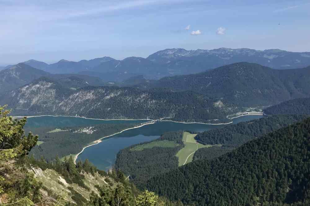 Sylvensteinsee wandern - das ist die Aussicht meiner Traumtouren! Vom Gipfel über den See und hinaus nach Bayern in Richtung München