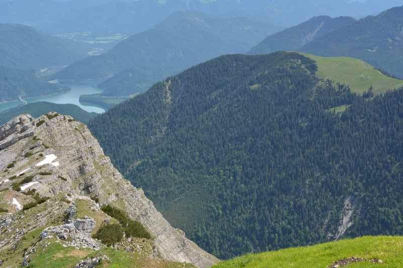 Auf dem Scharfeuter: Der Blick auf den Sylvensteinsee von oben