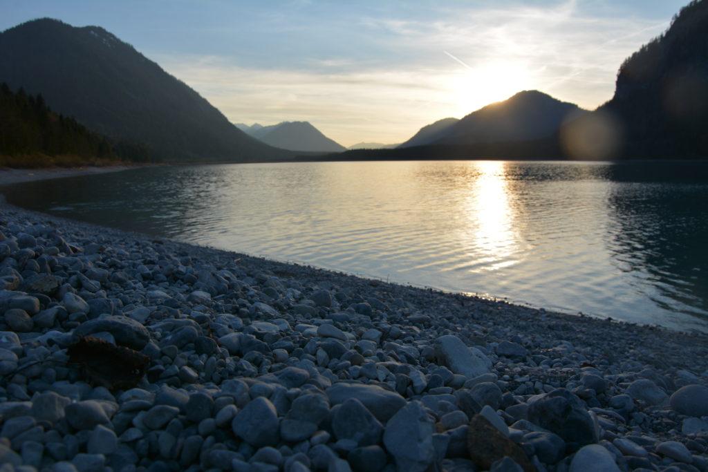 Sylvensteinspeicher Sonnenuntergang -  Der Sylvensteinsee mit dem Strand in Fall, hinten das Vorkarwendel