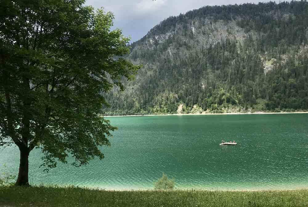 Türkisgrün ist der Badesee in Bayern