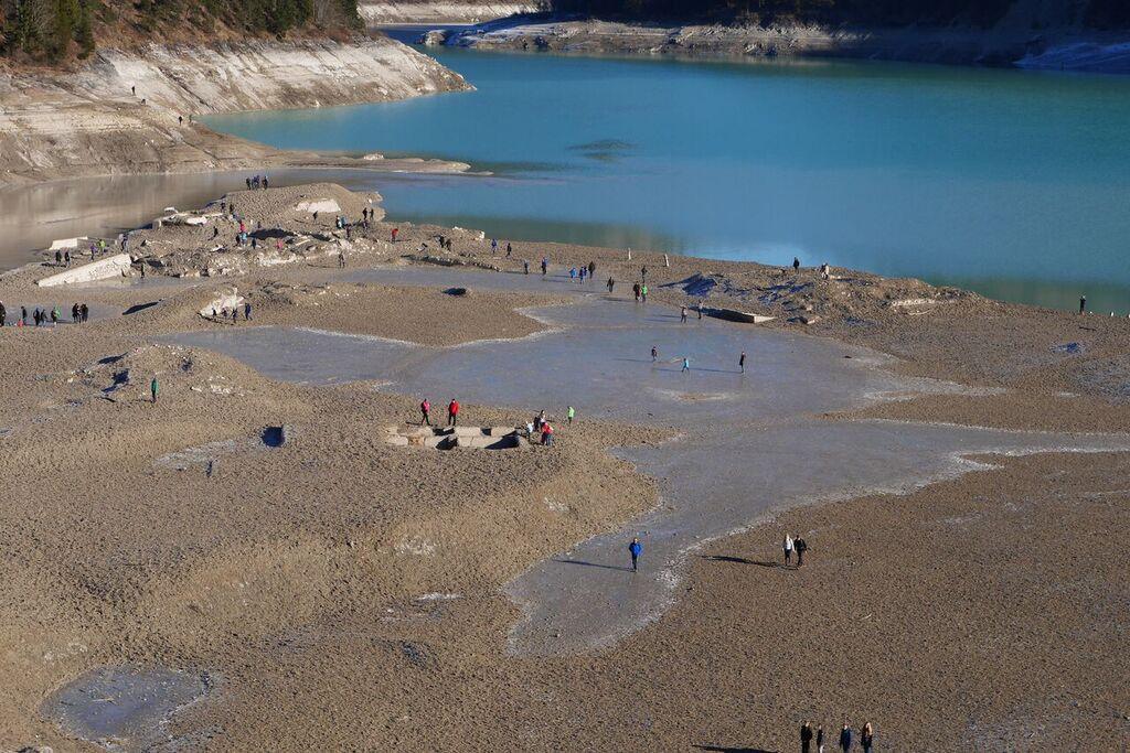 Der alte Ort Fall - heute ist hier der Sylvensteinsee, als er abgelassen wurde, konnte man im See wandern und die Grundmauern sehen, Foto: Antes