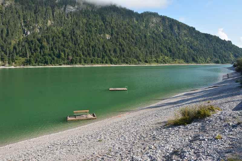 """Am Sylvensteinspeicher baden im """"grünen"""" Wasser mit Badeinsel im Karwendel"""
