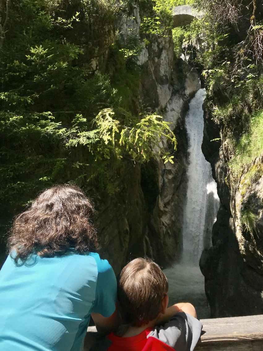 Von der Brücke kannst du auf die Tatzlwurm Wasserfälle in Oberaudorf schauen