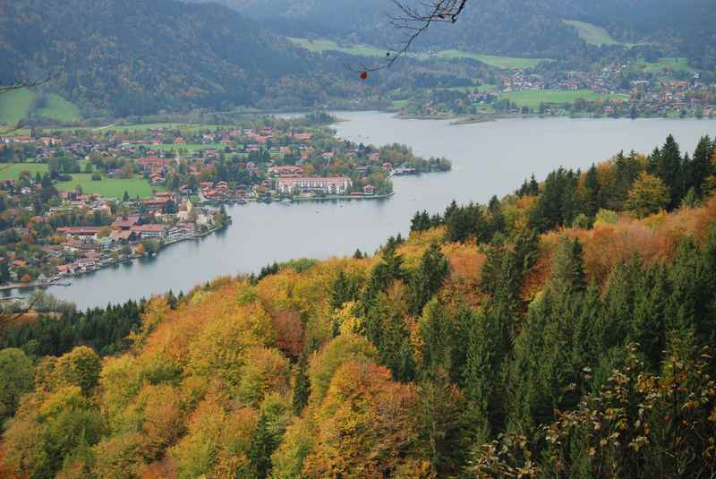 Der Tegernsee in Bayern vom Riederstein gesehen. Schöne Tegernsee Wanderung.