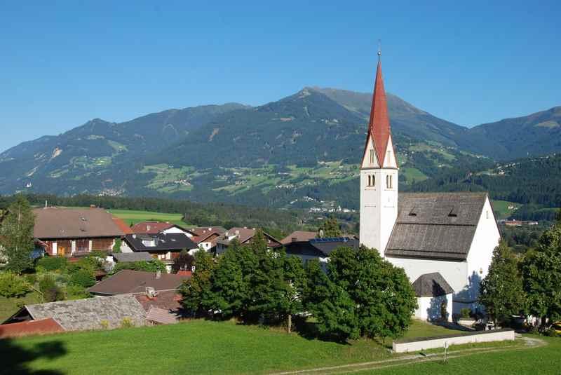 Vom schönen Ortskern in Terfens mountainbiken ins Karwendel - Blick auf die Tuxer Alpen