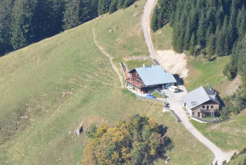 Die Thaurer Alm in Innsbruck, eine Forststraße führt zur Alm im Karwendel