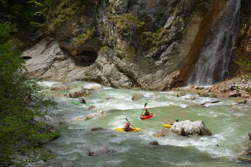 Durch die Tiefenbachklamm wandern und die Kajaks beobachten in den Brandenberger Alpen