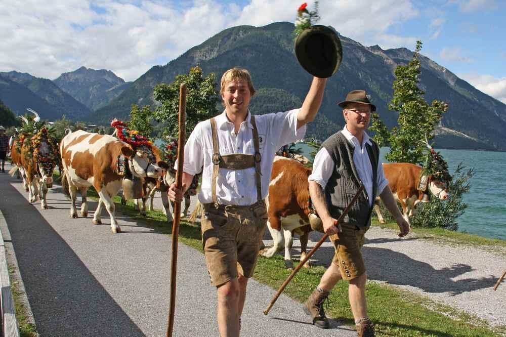 Voller Lebensfreude kehren die Bauern von der Alm zurück, Foto: Tirolwerbung, TVB Achensee