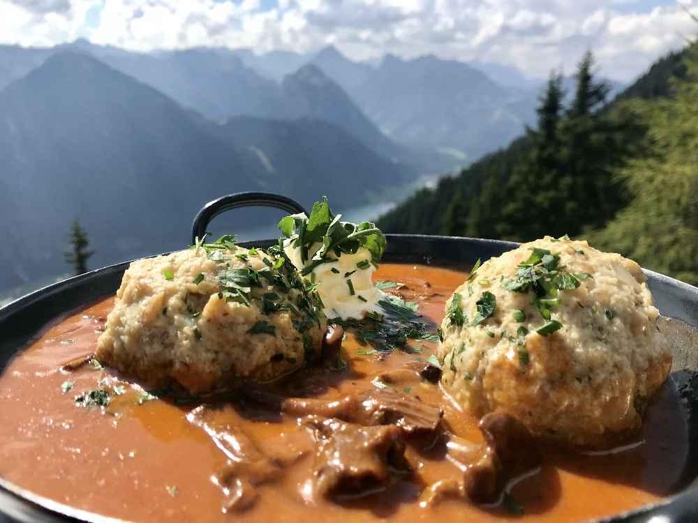 Im Herbsturlaub gut essen und trinken - mit Bergblick auf einer Hütte!