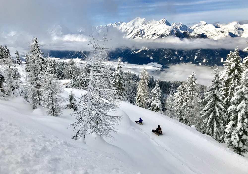 Winterurlaub ohne Ski im Karwendel: Rodeln auf den kilometerlangen Rodelbahnen im Karwendel