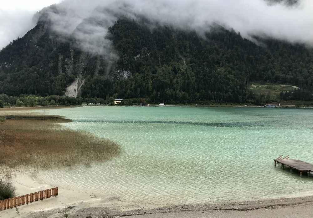 ... und so schön türkis schimmert der Achensee mit dem Strand herein!
