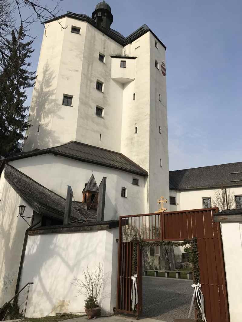 42 Meter hoch ist der Turm der Anlage. In ihm befindet sich die Wallfahrtskirche ganz oben.